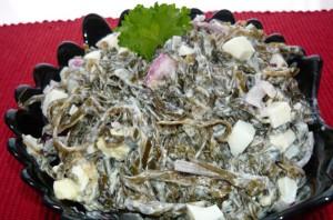 салат из кальмаров с морской капустой и яйцами