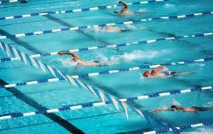 Заплыв в бассейне