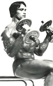 Арнольд Шварценеггер подъем гантелей в стиле молот