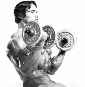 Арнольд Шварценеггер подъем гантелей на бицепсы