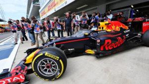 Red Bull с защитой кокпита 2