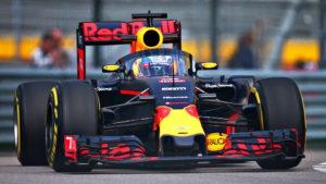 Red Bull с защитой кокпита